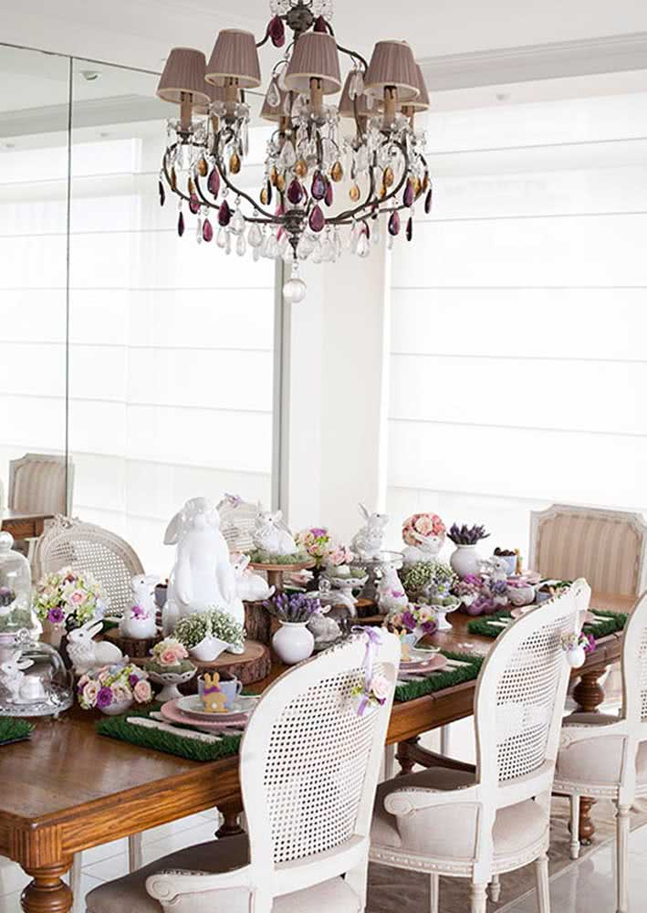 Decoração de mesa de páscoa luxuosa com enfeites de cerâmica