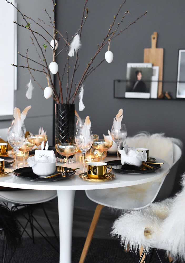 Mesa de páscoa moderna e glamorosa em tons de preto e dourado