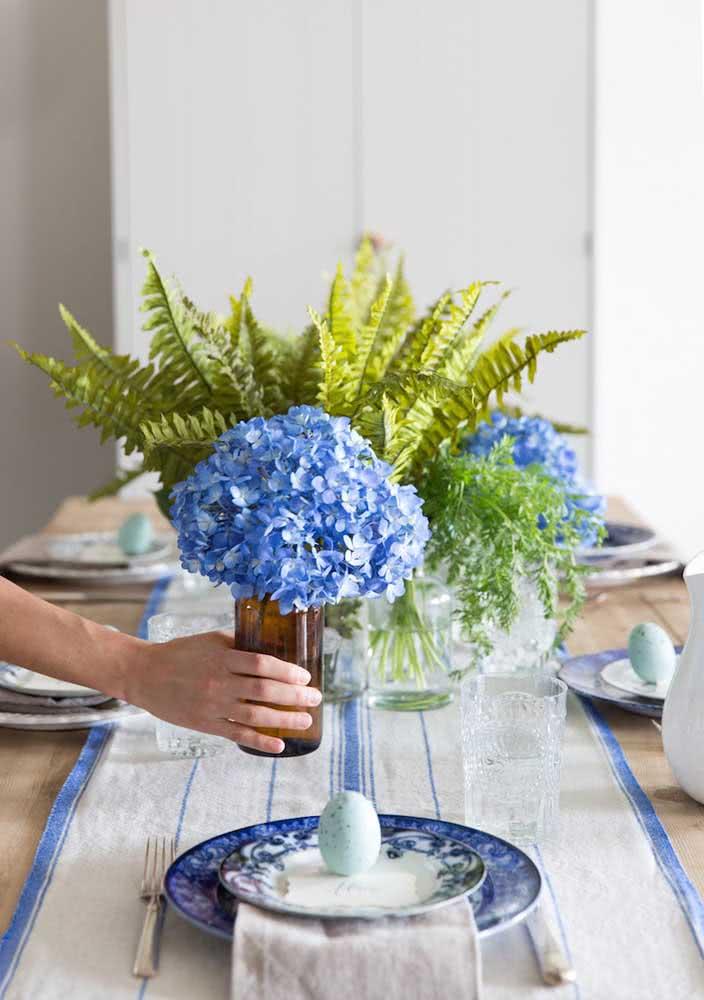 Hortênsias azuis para combinar com a louça