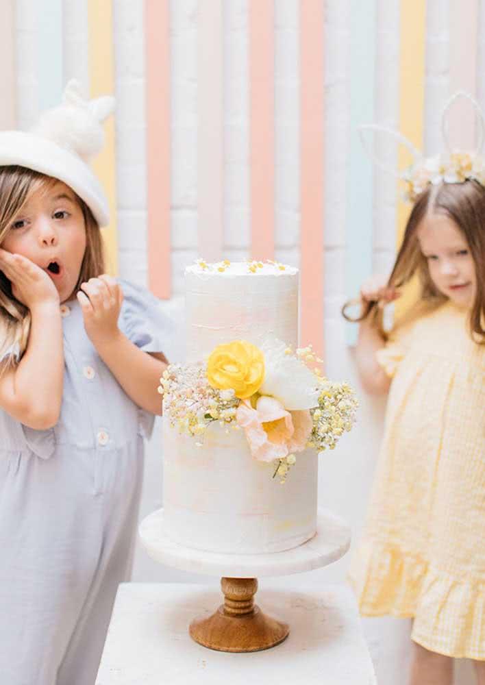 Você faz toda a decoração e diverte as crianças com um bolo de páscoa no final!