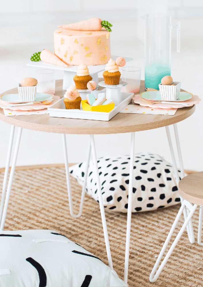 Mesa de doce para páscoa tem cupcake e bolo