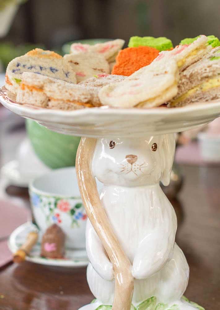 Mini lanchinhos servidos pelo simpático coelhinho de cerâmica