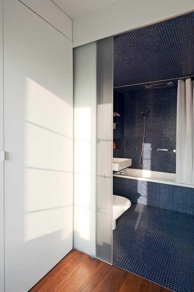 Porta de vidro embutida para quem deseja elegância e o máximo de aproveitamento de espaço