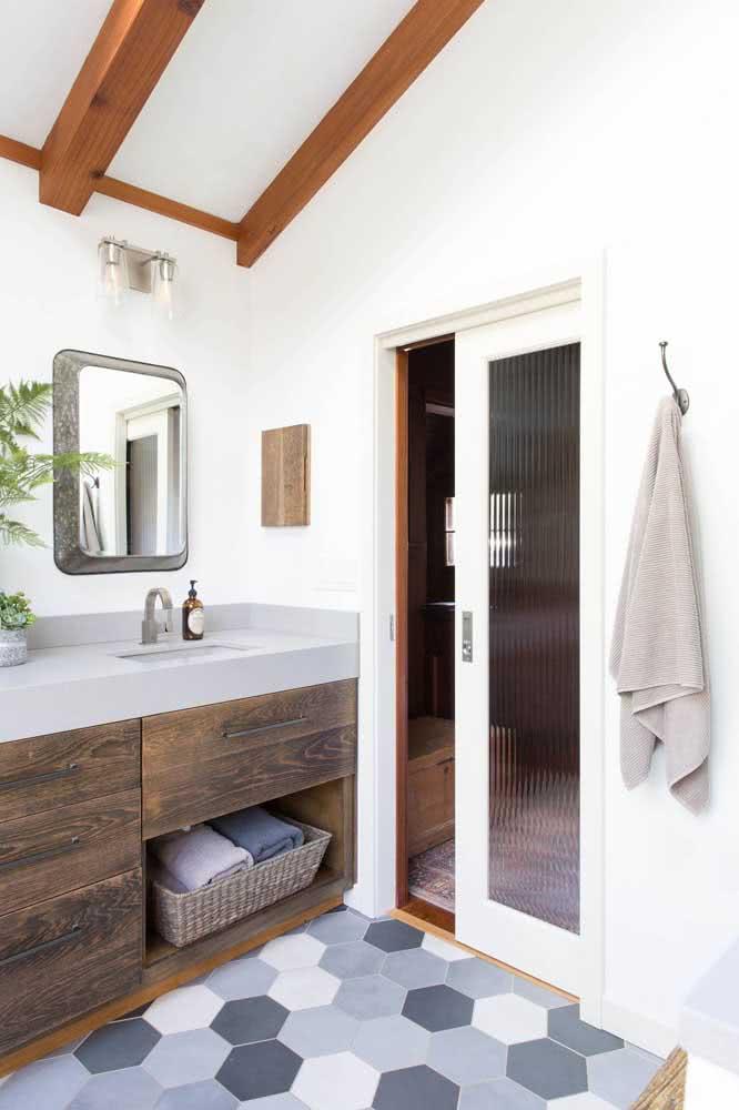O vidro canelado traz privacidade para o banheiro