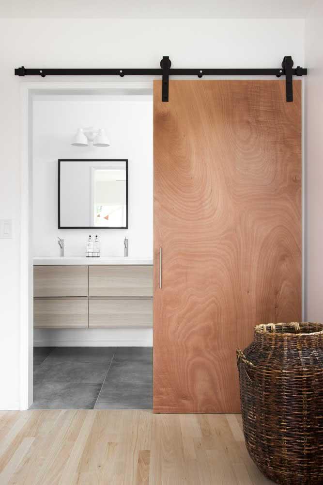 Porta de madeira com trilho aparente: moderna e sofisticada