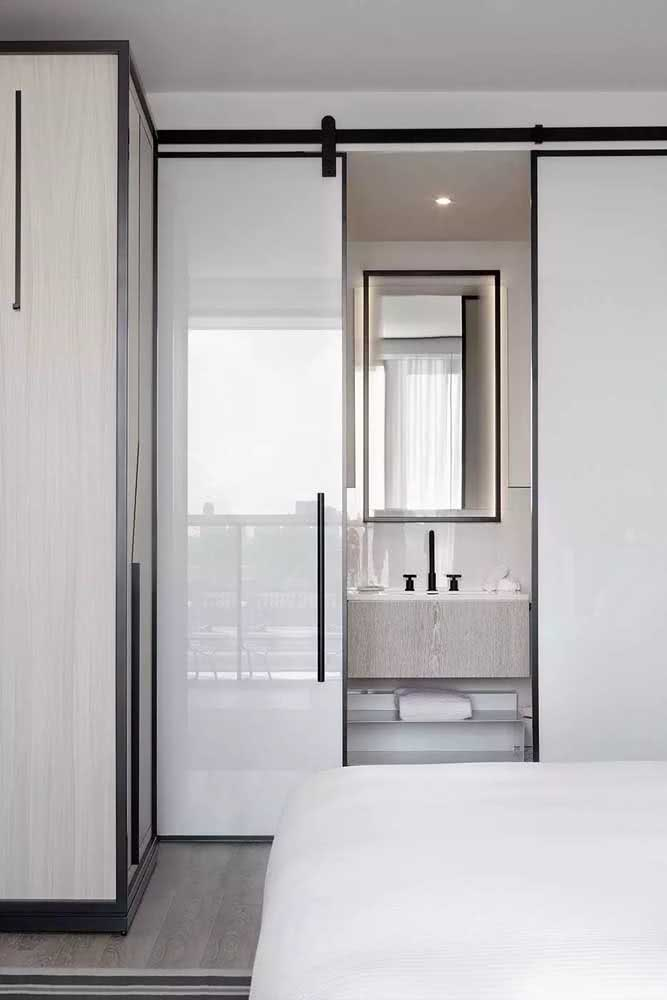 Já por aqui, o vidro com película branca garante a privacidade e o padrão de estilo do ambiente