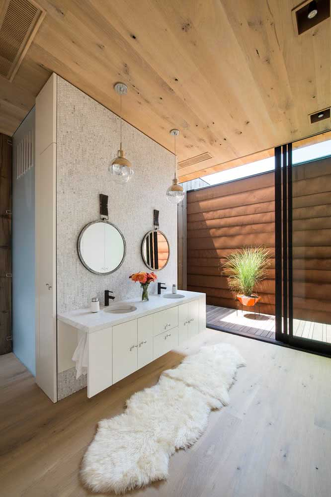 Para um banheiro com área externa nada melhor do que uma porta de correr de vidro