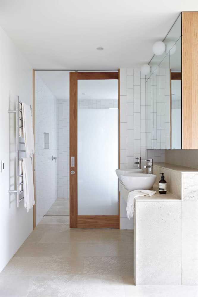 Porta de vidro de correr com esquadria de madeira: modelo atemporal para qualquer tipo de banheiro