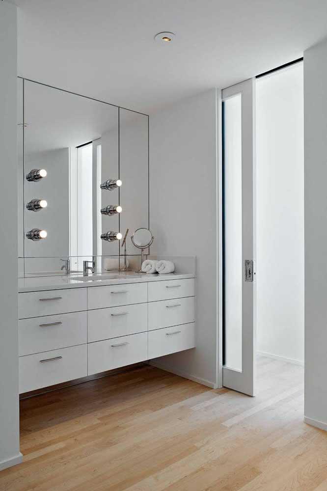 Banheiro branco combina com...porta de correr branca!