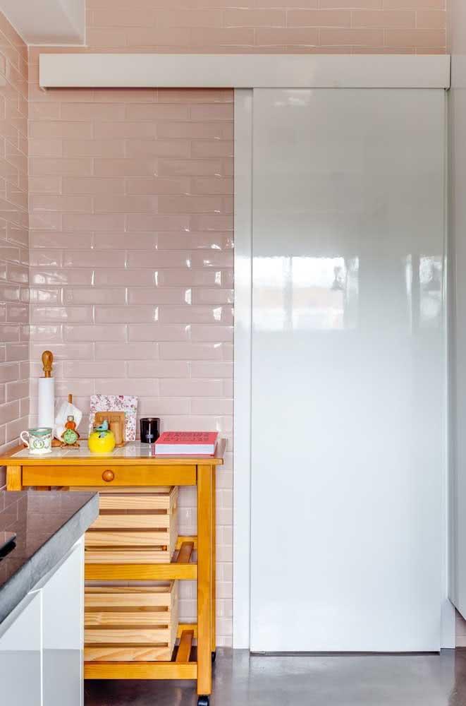 A cerâmica cor de rosa fez uma linda composição com a porta branca de correr