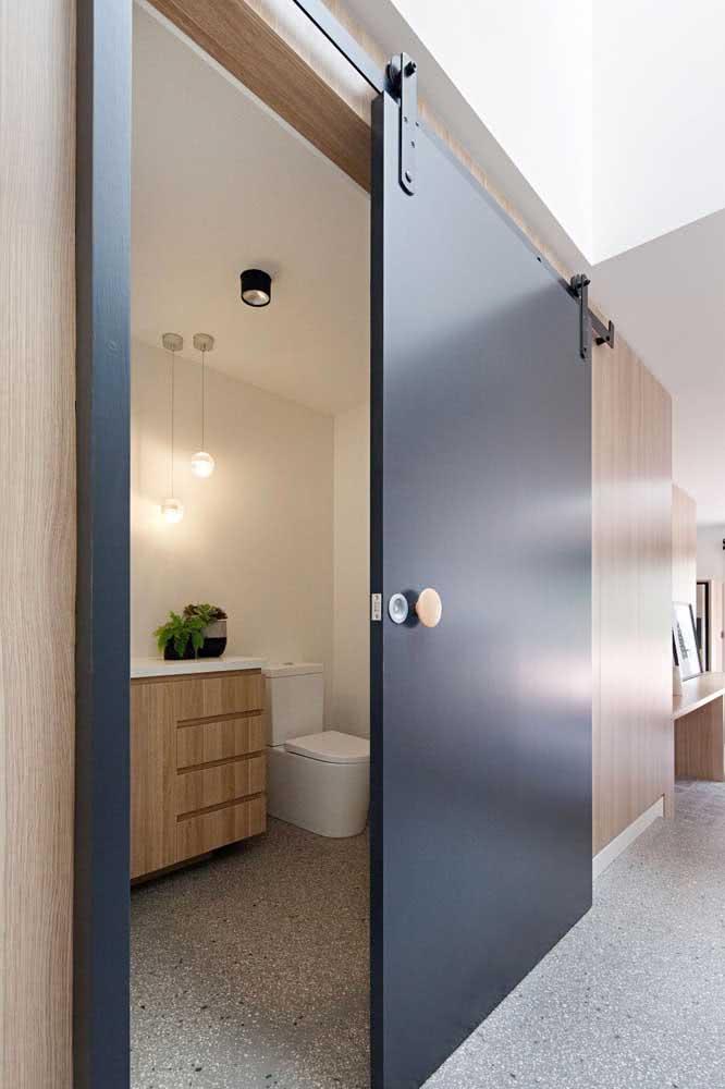 O lindo contraste entre o puxador de madeira e a porta preta