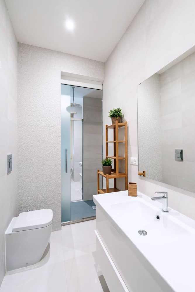 Porta de correr embutida na parede para o banheiro: ganho de espaço para o ambiente pequeno