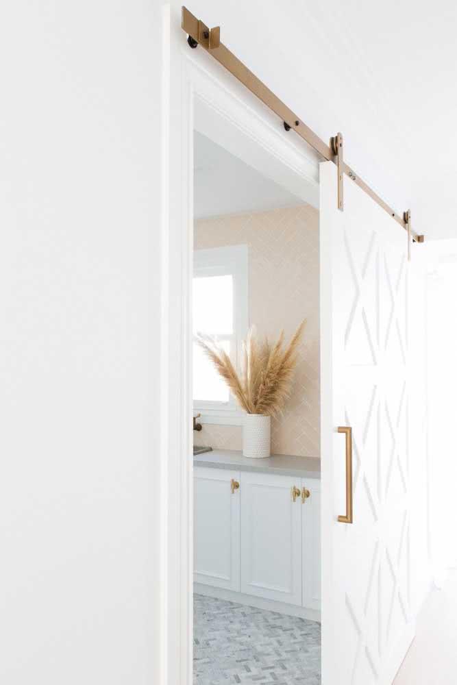 Já pensou em usar um trilho dourado para porta de correr?