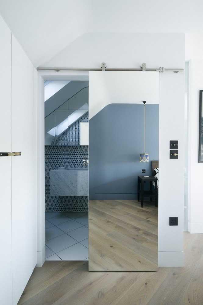 Porta de correr com espelho para o banheiro: linda solução para suítes