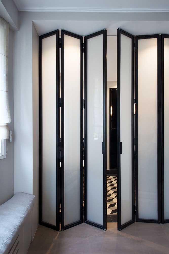 Porta de correr de vidro articulada: perfeita para vãos maiores e que precisam de maior cobertura