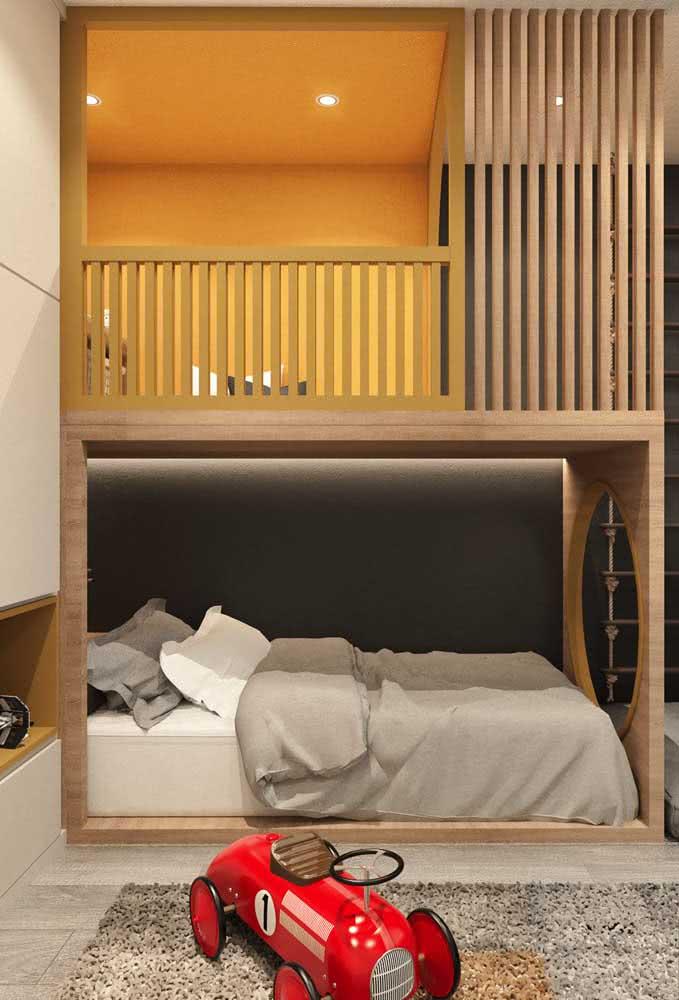 Segurança em primeiro lugar. Repare que aqui foi colocada uma grade de proteção ao redor da cama superior