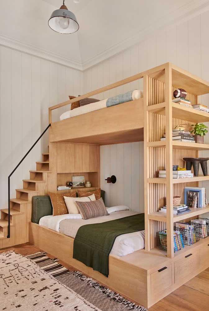 A marcenaria planejada faz toda diferença em um projeto. Veja como aqui a cama beliche trouxe várias soluções de armazenamento