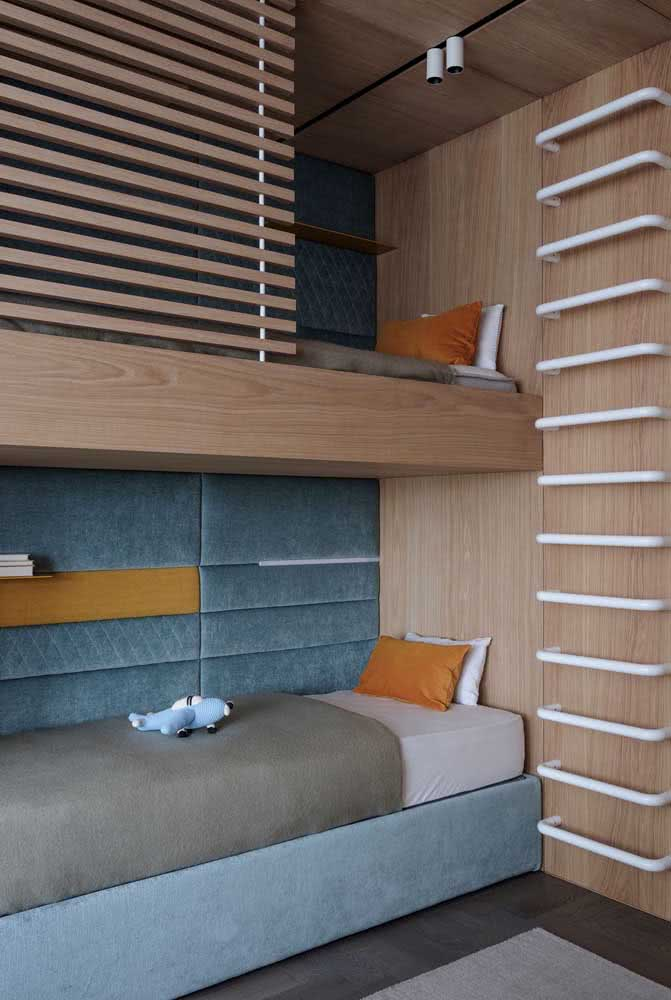 Já aqui, a escada de acesso a cama superior foi fixada na parede