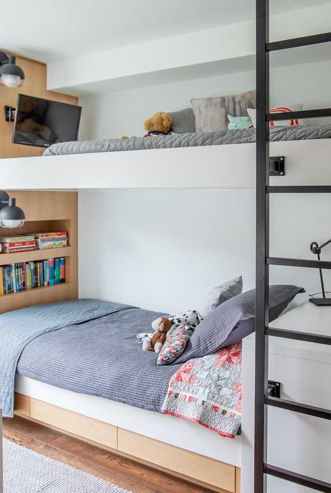 Um cantinho para a TV e os livros no projeto dessa cama beliche planejada