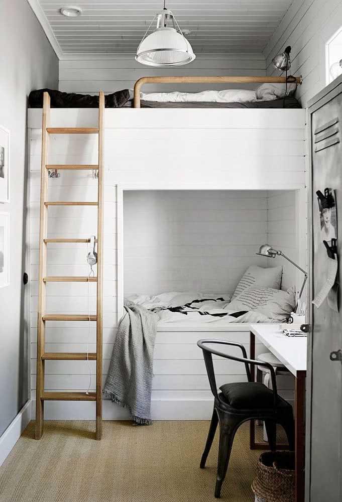 Uma cama beliche que também funciona como mezanino. Para dar certo, é importante ter um pé direito alto