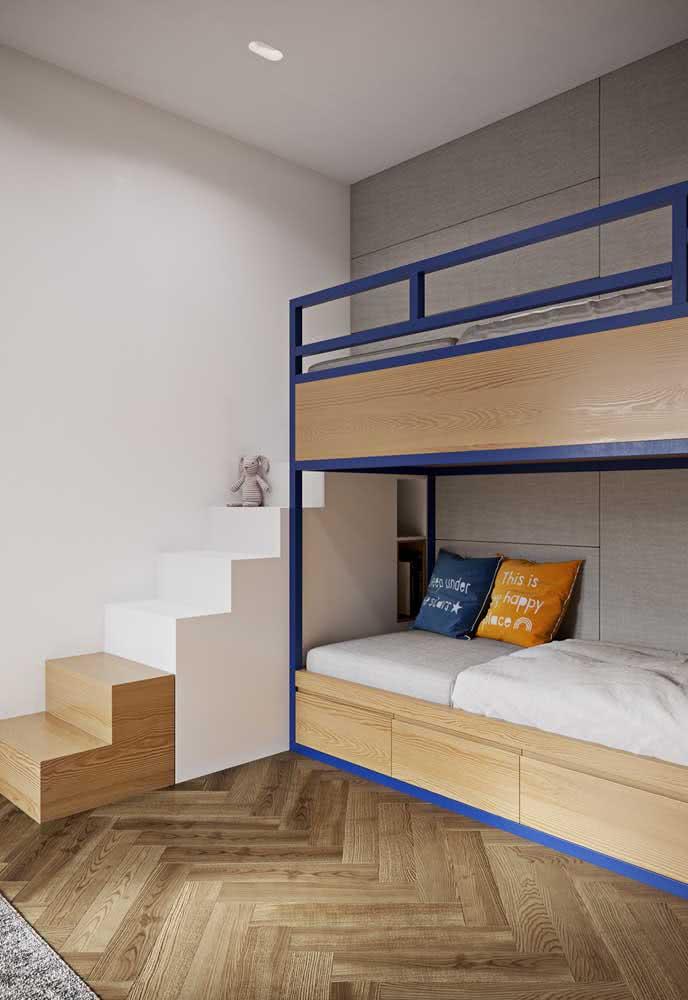 Um detalhe azul na marcenaria e a cama beliche já ganha nova cara