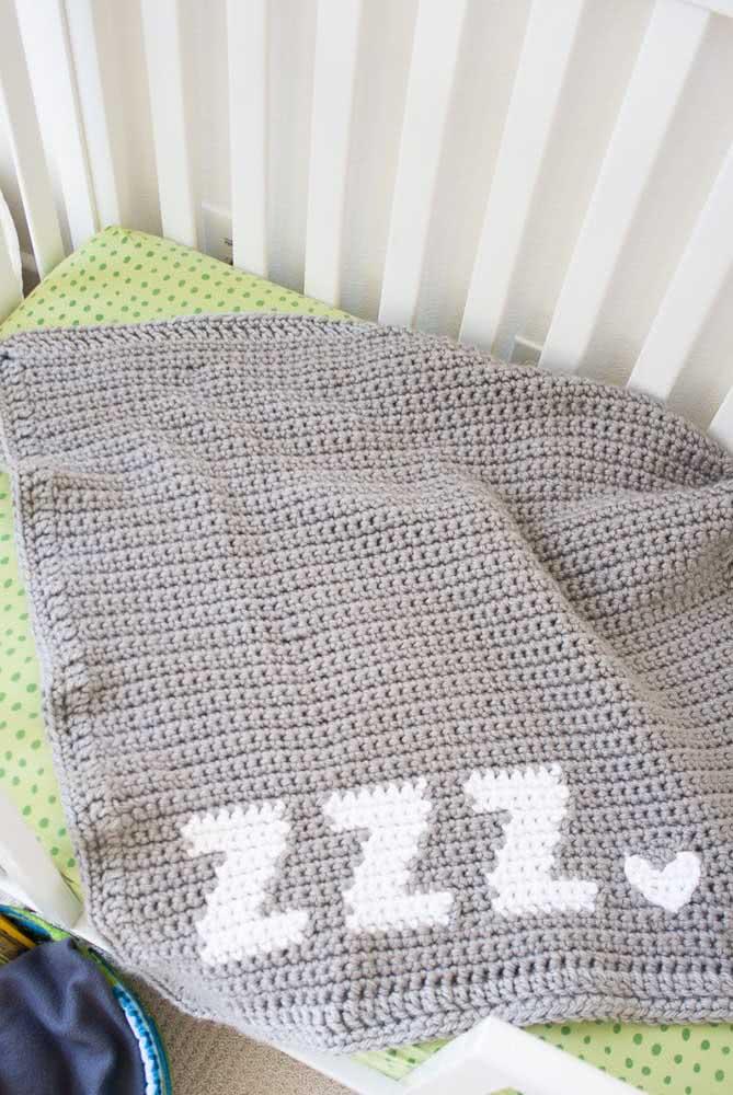 Um convite para o soninho: essa manta de crochê para bebê traz um bordado na barra