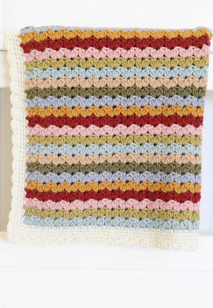 Já quem prefere cores, essa inspiração de manta colorida é ideal