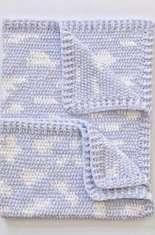 Aqui, a manta de crochê é um céu cheio de nuvens