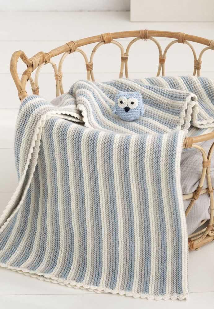 Manta de crochê para bebê em listras azuis, brancas e cinzas