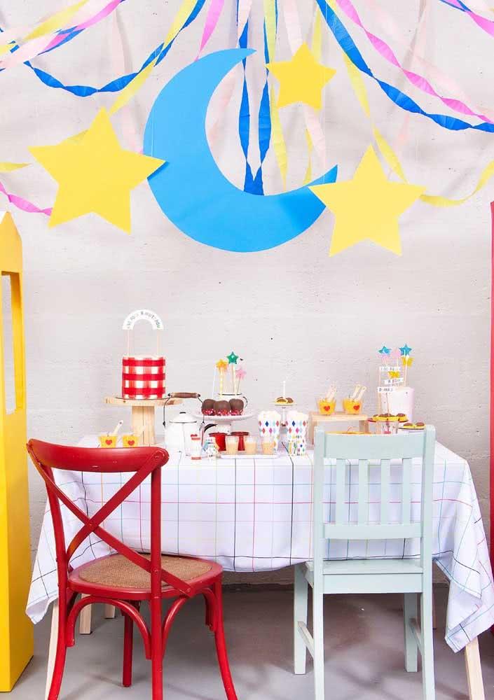 Mesa simples mas super charmosa decorada com itens de festa junina