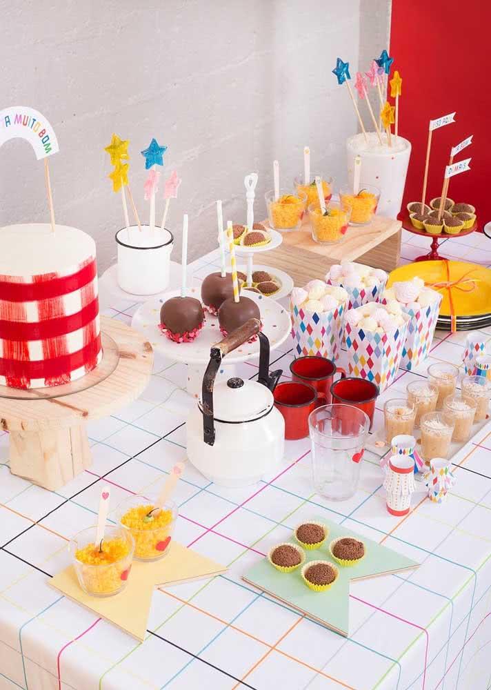 Detalhes da mesa da mesma festa anterior: muito estilo com poucos elementos decorativos