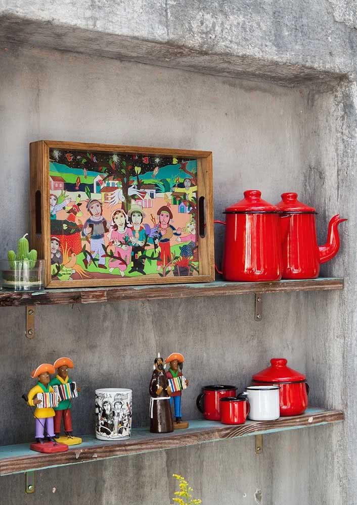 Aproveite uma área externa para dispor itens que remetem ao folclore e a simbologia da festa junina.