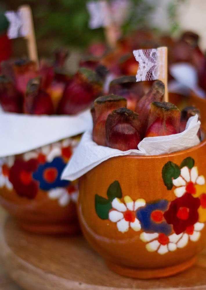 Disponha os pinhões em potes personalizados para servir os convidados da sua festa.