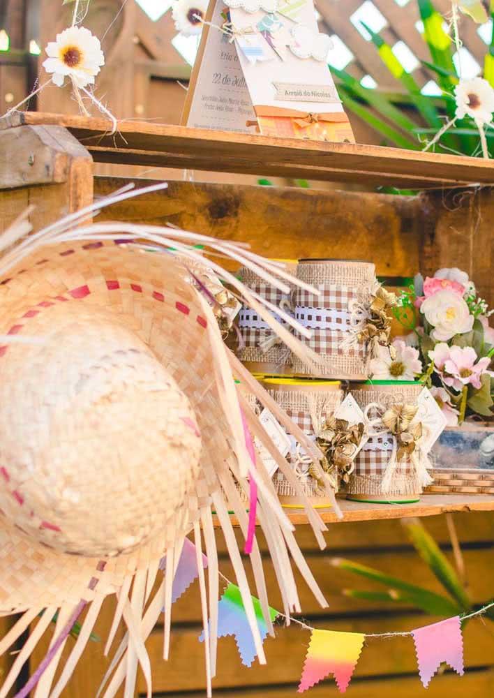 Caixotes de feira foram utilizados para complementar a decoração desta festa junina e dispor as lembrancinhas
