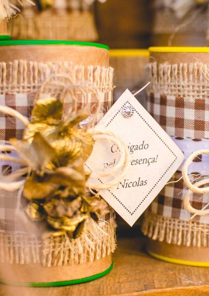 Detalhes dos potes personalizados para abrigar as lembrancinhas da festa junina.