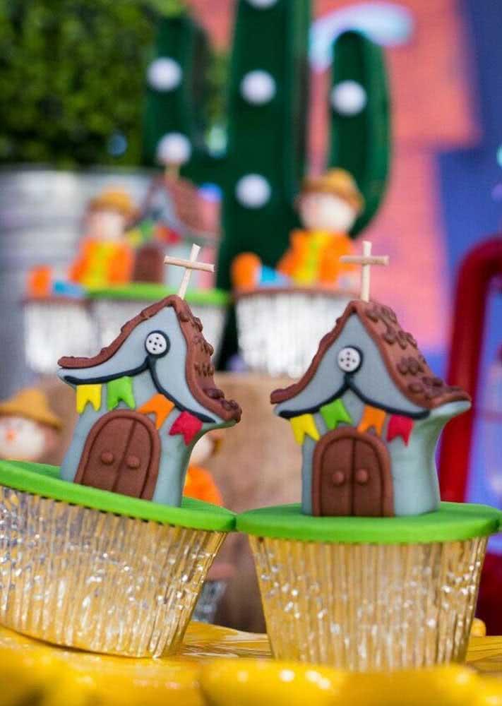 Cupcakes decorados no ritmo de São João. Estes foram decorados com a capela.