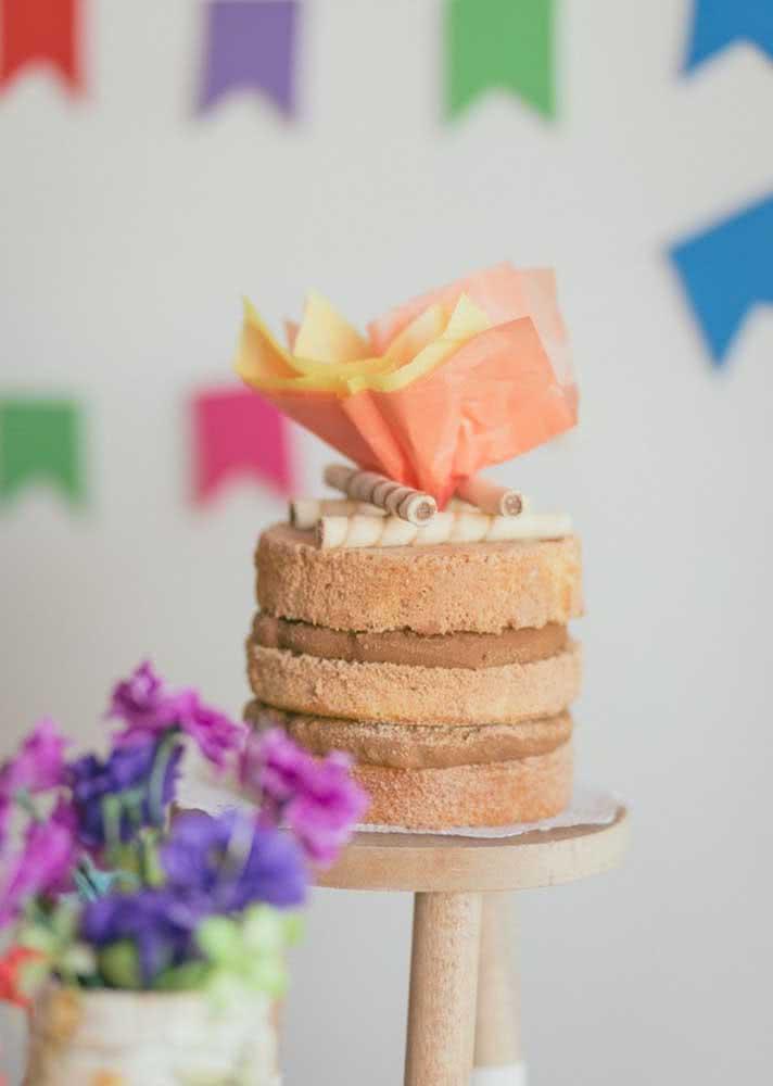 Bolo fogueira: bastou um pouquinho de papel de seda e palitinhos de chocolate para montar uma mini fogueira em cima do bolo