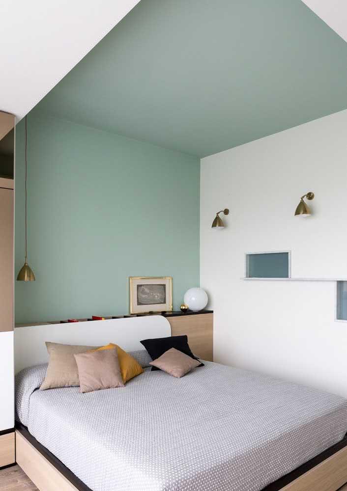 Escolha objetos pontuais para fazer parte da decoração de um quarto simples. A escolha de uma cor suave e clara ajuda na sensação de amplitude do espaço.