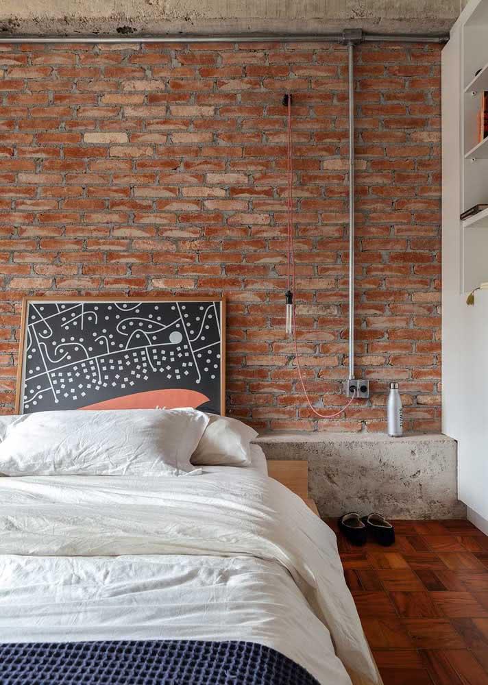 Em um quarto com tijolos aparentes, a escolhe foi por poucos elementos decorativos.
