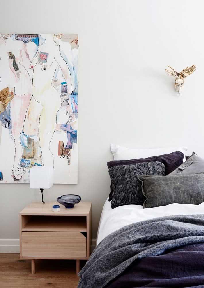 Escolha um quadro que tenha o seu estilo para decorar e trazer identidade a um quarto simples.