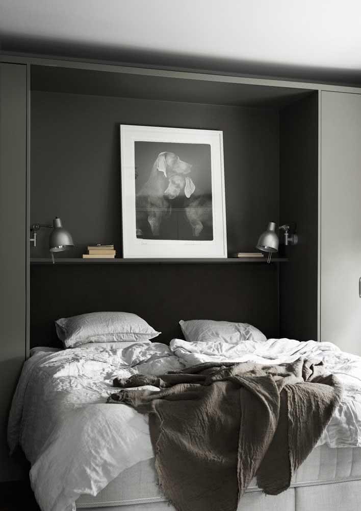 Cama embutida em armário em quarto com foco nos tons mais escuros.