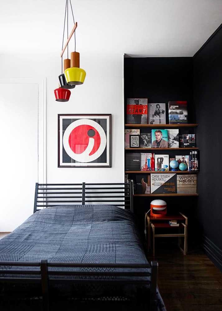 Um quarto simples perfeito para os fãs de livros e fotografias