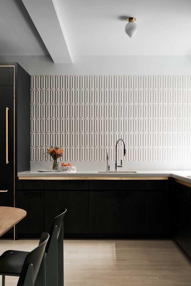 Neste projeto de cozinha, a textura acompanhou toda a parede da bancada da pia na cor branca.