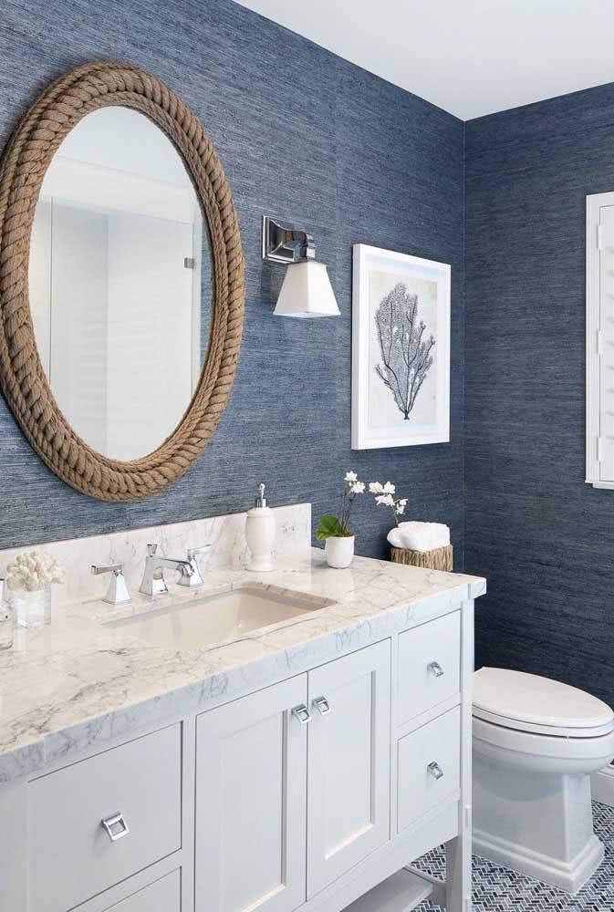 Banheiro grande com textura riscada azul.