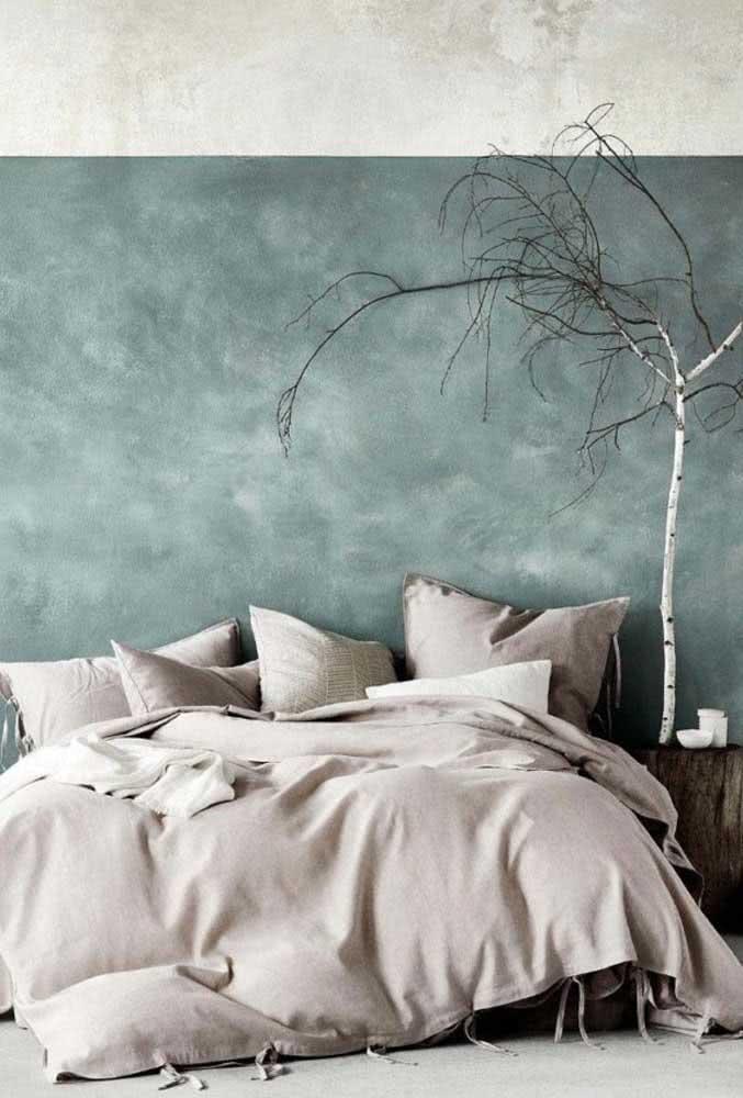 Duas cores: aqui, nesta parede a textura foi aplicada em conjunto com duas tonalidades de cor que se dividem, principalmente no topo da parede deste quarto de casal.