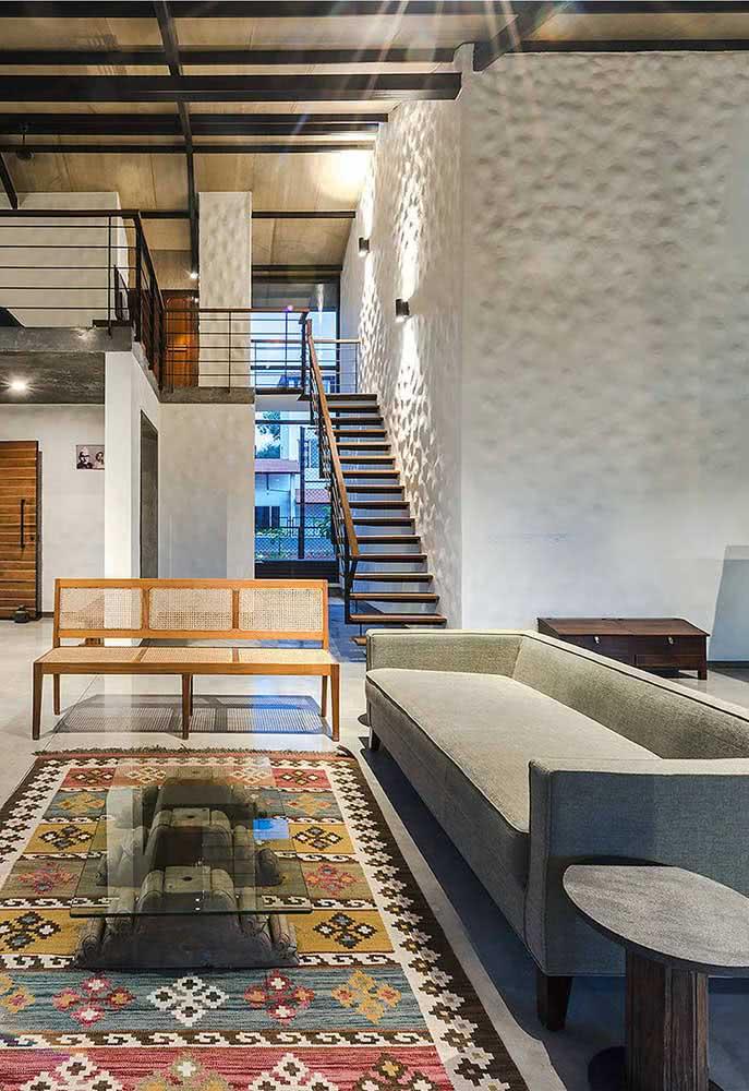 Já neste projeto, a parede tem textura ondulada por toda a residência.