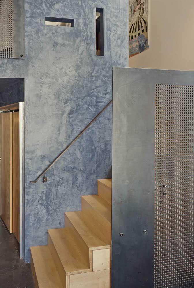 Textura de parede incrível com tons de azul e uma cor desbotada para a parede da escada
