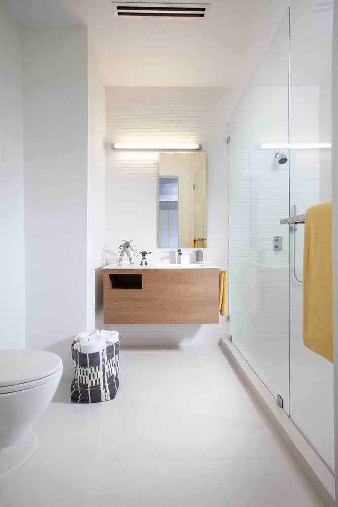 Textura suave na parede branca do banheiro com box amplo