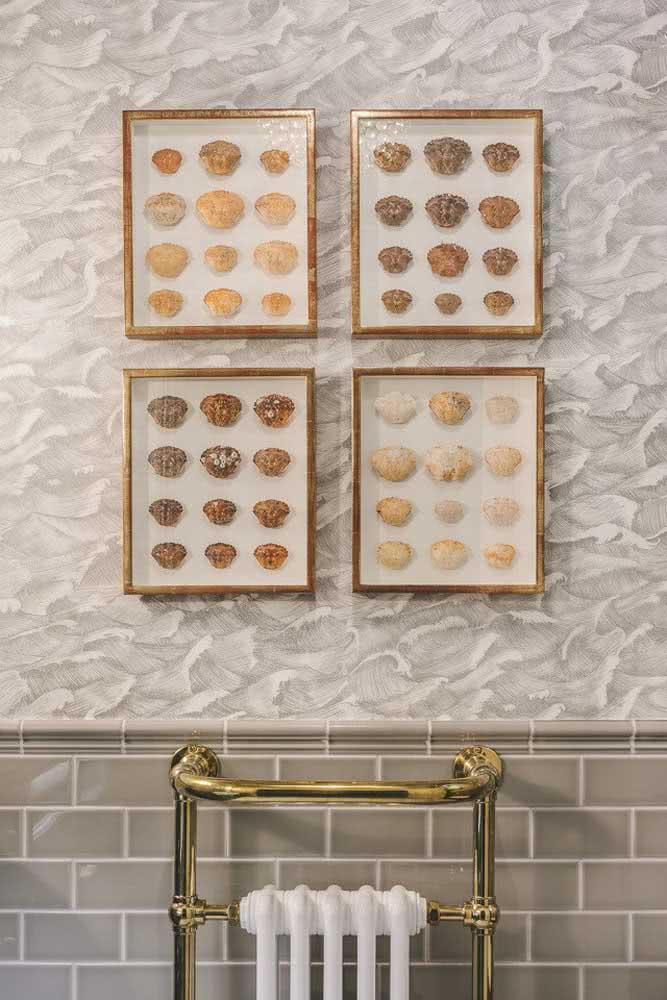 Textura de parede diferente para parede do banheiro. Aqui há ainda quadros com conchas reais.