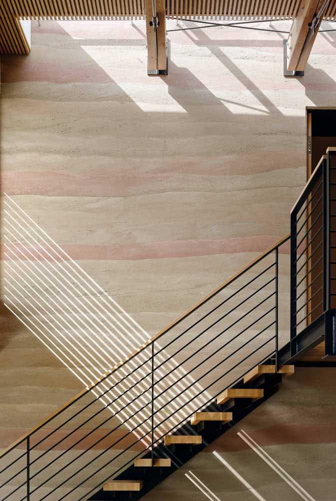 Parede na altura da escada com textura em padrão ondulado em diferentes tonalidades.